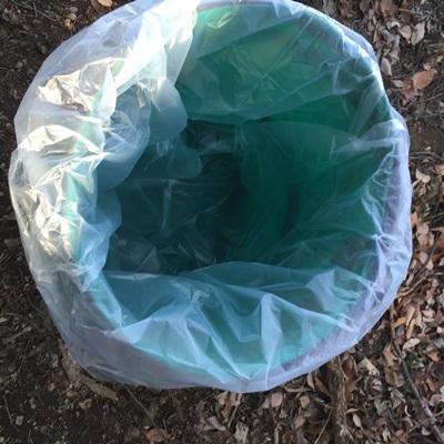 落ち葉入れにごみ袋を入れた状態の写真